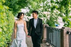 Couples chinois de mariage se tenant dans l'allée Image libre de droits