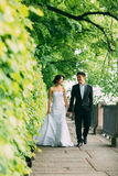 Couples chinois de mariage se tenant dans l'allée Photographie stock libre de droits