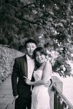 Couples chinois de mariage se tenant dans l'allée Image stock