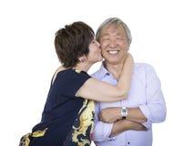 Couples chinois supérieurs affectueux sur le blanc photos libres de droits