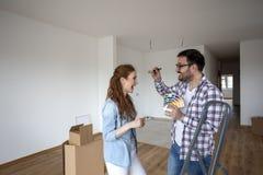 Couples choisissant des couleurs pour l'appartement de peinture image libre de droits
