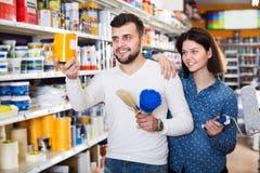 Couples choisissant des matériaux de décoration de maison photographie stock