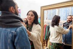 Couples choisissant des vêtements au magasin d'habillement de vintage photo stock