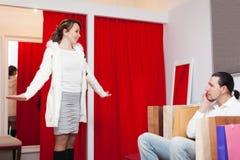 Couples choisissant la veste au magasin d'habillement Image stock