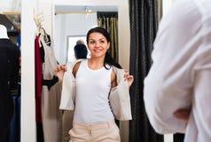 Couples choisissant la veste et la robe à la boutique Photos stock