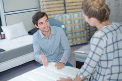 Couples choisissant les meubles droits pour leur appartement Images libres de droits