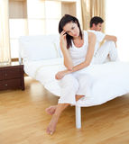 Couples choqués trouvant des résultats d'un essai de grossesse Photos libres de droits