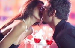 Couples célébrant ensemble Image stock