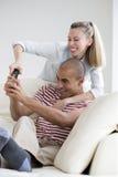 Couples combattant au-dessus de l'extérieur de TV Photographie stock