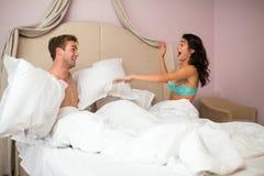Couples combattant avec des oreillers Images stock