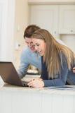Couples communiquant par l'intermédiaire de l'Internet Photographie stock libre de droits