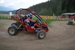 Couples conduisant la poussette de dune Photo stock