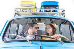 Couples conduisant la voiture images libres de droits