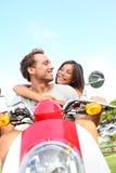 Couples conduisant le scooter dans l'amour Images libres de droits