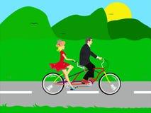 Couples conduisant un vélo dans la nature Photo libre de droits