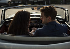 Couples conduisant une voiture voyageant sur le voyage par la route photos stock