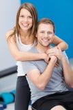 Couples conscients de santé affectueuse jeunes Photos stock