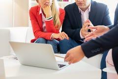 Couples consultant le conseiller financier pour le plan d'investissement photos libres de droits