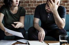 Couples contrôlant le mode de vie de dette photo libre de droits