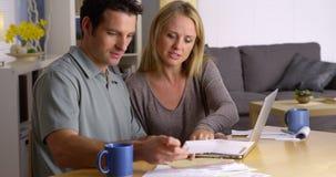 Couples contrôlant leurs factures Photo libre de droits