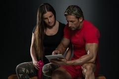 Couples convenables regardant le Tableau de Digital Image stock