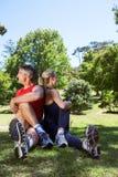 Couples convenables s'étendant en parc Photos stock