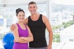 Couples convenables souriant à l'appareil-photo Images stock