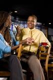Couples conversant à un bar Image libre de droits