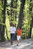 Couples courant dans la forêt de hêtre Photographie stock
