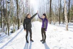 Couples courants d'exercice de l'hiver Turbines courant dans la neige Photos stock