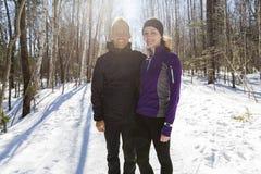 Couples courants d'exercice de l'hiver Turbines courant dans la neige Photographie stock