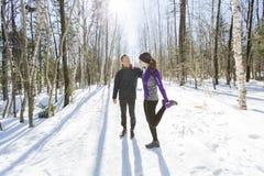 Couples courants d'exercice de l'hiver Turbines courant dans la neige Photo libre de droits