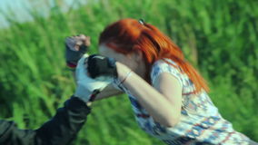 Couples croisant un courant ensemble dans la campagne banque de vidéos