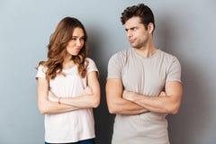 Couples déçus bouleversés se tenant avec des bras photographie stock libre de droits
