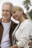 Couples décontractés à la plage Photo libre de droits