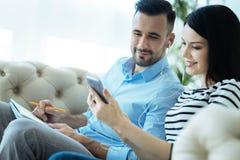 Couples décontractés écoutant la musique ensemble Images libres de droits