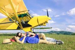 Couples décontractés des amants ayant un repos au voyage d'avion de charte Images stock
