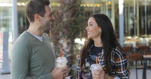 Couples décontractés heureux appréciant le café à emporter Photos libres de droits