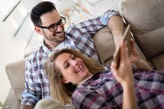 Couples décontractés ou amis à l'aide du comprimé ensemble pour faire des emplettes en ligne Images libres de droits