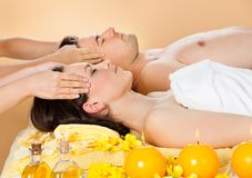 Couples décontractés recevant le massage principal à la station thermale Photo libre de droits