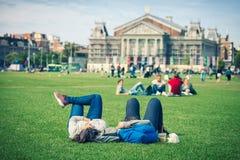 Couples décontractés sur l'herbe Photographie stock libre de droits