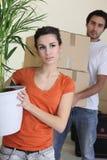 Couples déménageant dedans à la maison neuve photographie stock libre de droits