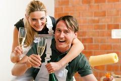 Couples déménageant en appartement neuf rénovant photographie stock