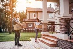 Couples déménageant la nouvelle maison photographie stock libre de droits