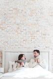 Couples déprimés gentils se trouvant sous la couverture Image libre de droits