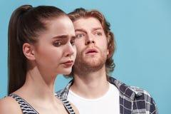 Couples déprimés Jeunes couples déprimés se tenant près de l'un l'autre tandis que d'isolement sur le bue Image libre de droits