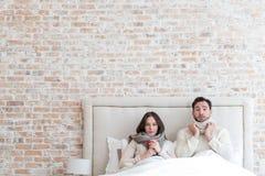 Couples déprimés sombres souffrant de la grippe ensemble Image stock