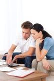 Couples désespérés faisant leur compte Images libres de droits