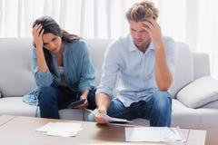 Couples désespérés faisant leurs comptes Photos stock