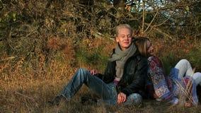 Couples détendant à l'extérieur clips vidéos